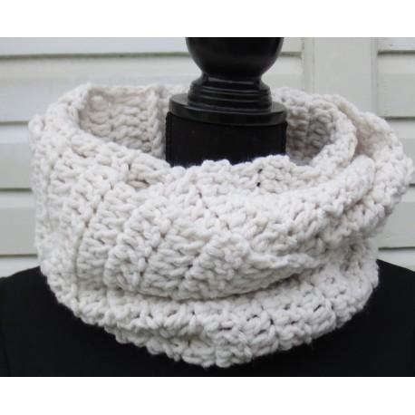 Häkelschal Damen Wollschal Loop Creme von Hand gehäkelt. Kuschelig warm für Frauen. Farbe nach Wunsch.