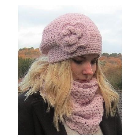 Winter Beanie Damen Mütze romantisch in Rosa mit Blume aus Wolle gehäkelt. Handarbeit. Farbe, KU 54-62.