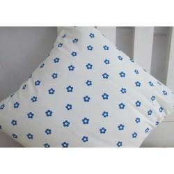 Kissenhülle Landhaus Weiß Blau geblümt aus Baumwolle genäht. Liebevolle Handarbeit. 40x40, 45x45 oder als Set im Shop.