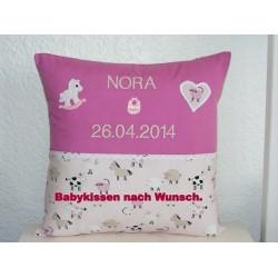 Baby Kissen Name bestickt Rosa mit Applikation aus Baumwolle genäht. Angebot beinhaltet einen Bezug ohne Inlett. 40x40, 45x45.